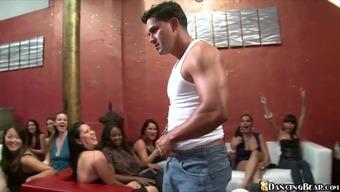 Мужской порно стрептиз на крэзи вечеринках для женщин