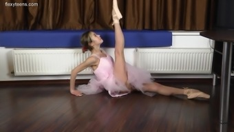 Insanely Flexible Ballerina Does Splits In The Nude